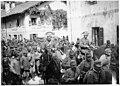Arrivée de 60 prisonniers autrichiens, pris au Potoce, conduits par les carabiniers à cheval - Caporetto - Médiathèque de l'architecture et du patrimoine - AP62T019233.jpg