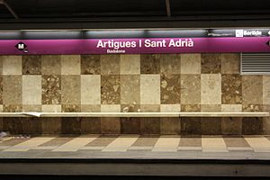 Artigues – Sant Adrià (Barcelona Metro) - Signs at the station's platforms