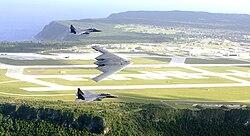 Luftaufnahme mit B-2 Bomber und F-15-Jagdflugzeuge.