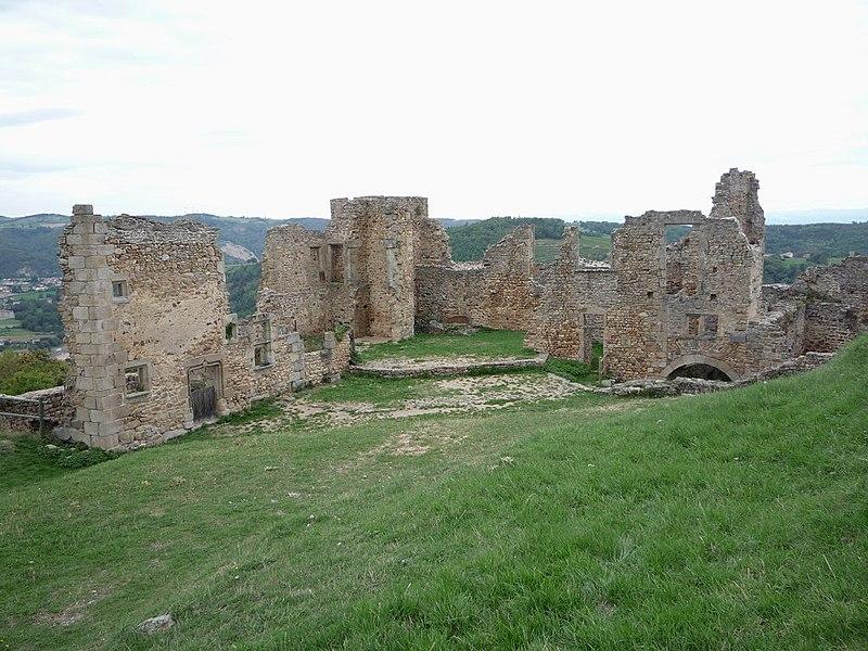 File:Batiments château Couzan.JPG