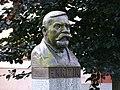 Bechyně, Libušina 164, Křižíkova busta před školou (01).jpg