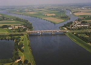 Bergse Maas - Keizersveer bridge across the Bergse Maas near Geertruidenberg; to the right, the mouth of the Oude Maasje.