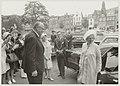 Bezoek van H.M. koningin Juliana aan de Koninklijke Hollandsche Maatschappij der Wetenschappen waar zij werd verwelkomd door Jhr. mr. C.C. van Valkenburg. In het midden burgemeester L. de Go, NL-HlmNHA 54012015.JPG
