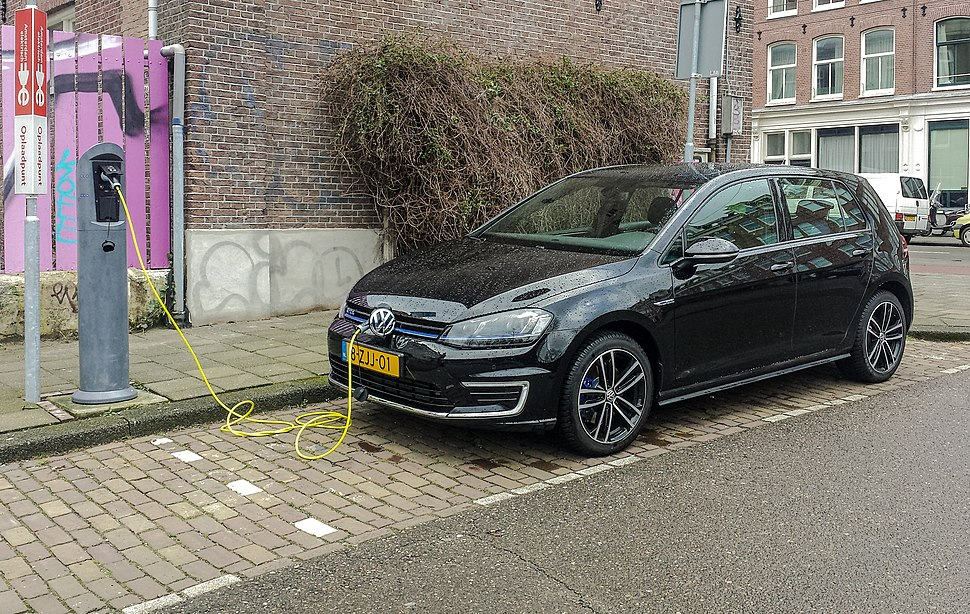 Black VW Golf GTE charging fl, Amsterdam (20150224 102438)