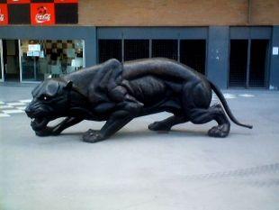 La statua di una pantera, simbolo del club, all'ingresso dello stadio del Boavista