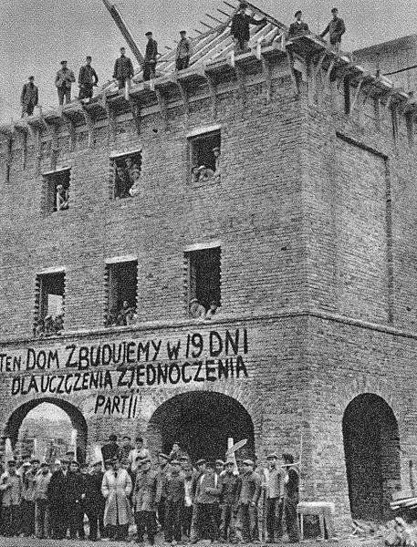 Reconstruction de Varsovie : Batiment construit en 19 jours à Mariensztat en l'honneur de l'unification du Parti communiste (1949).