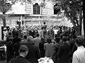 Bugát Pál (Hanák Kolos) tér, a KIOSZK Söröző előtt. A Budapesti Cecilia Kórus próbája, a karnagy Bárdos Lajos. Fortepan 71623.jpg