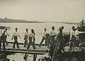 Burgerdeelnemers op het parcours van 55 km. op de pontonbrug bij Cuijk op de der – F40631 – KNBLO.jpg