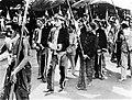COLLECTIE TROPENMUSEUM De regent van Surabaya Raden Tumenggung Musono loopt opweg naar zijn installatie het gouverneurserf op en wordt vergezeld door patih en wedono's in gala-tenue TMnr 10003356.jpg
