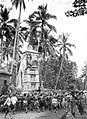 COLLECTIE TROPENMUSEUM Een lijkentoren (wadah) op weg naar de verbrandingsplaats Bali TMnr 10003091.jpg