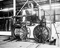 COLLECTIE TROPENMUSEUM Steriliseerketel met oogstlorries in een palmoliefabriek TMnr 10012437.jpg