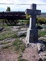 Carro y troncos y cruz, San Ildefonso, Segovia, España, 2014.jpg
