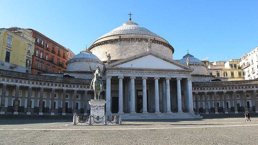 Statue équestre devant la Basilique San Francesco di Paola à Naples - Photo de Pietro Scerrato