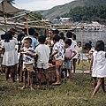 Collectie NMvWereldculturen, TM-20025955, Dia- Kinderen rondom een eetstal tijdens de viering van Onafhankelijkheidsdag, Boy Lawson, 17-08-1971.jpg