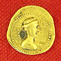 Collezione numismatica degli este data in pegno a Firenze, aureo di giulio cesare con venere col diadema.JPG