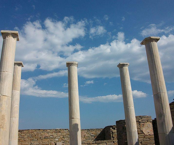 File:Columnes del pati de la casa de Dionís de Delos.JPG