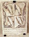 Cripta di san lorenzo, stemma pesciolini.JPG