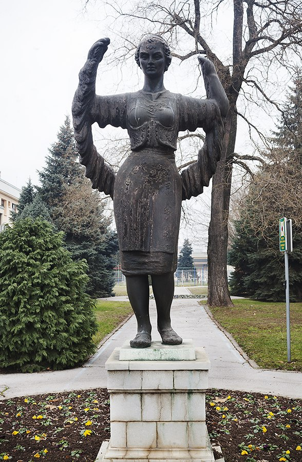 DIN u Nišu, skulptura