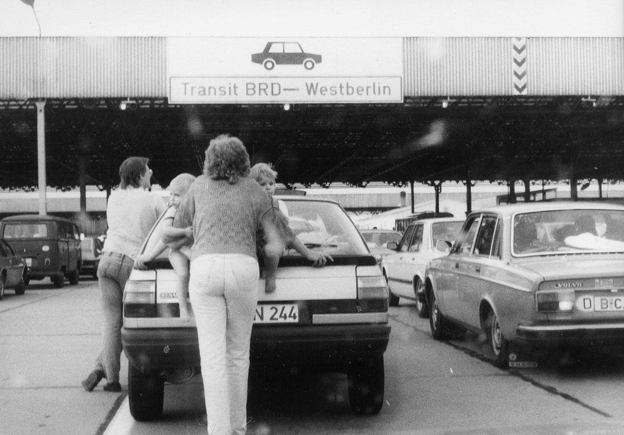 https://upload.wikimedia.org/wikipedia/commons/thumb/3/33/De_Transit_Drewitz_1986.jpg/1280px-De_Transit_Drewitz_1986.jpg