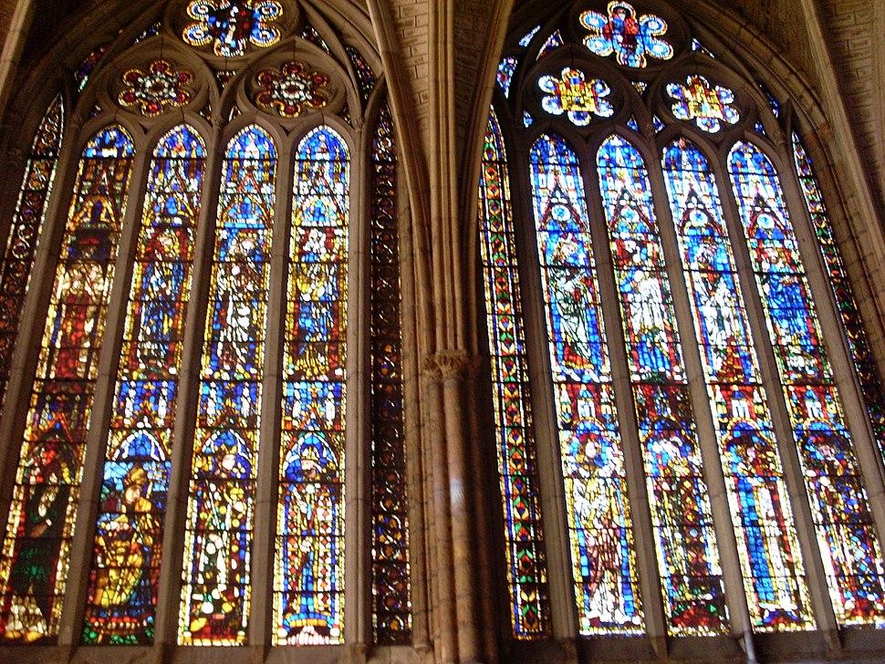 Detalle de dos vidrieras del claristorio de la catedral de León