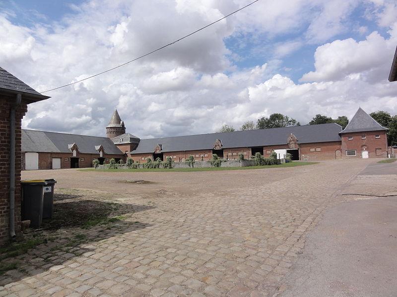 Douchy (Aisne) manoir, cour intérieur avec pigeonnier