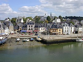 The harbour o St Goustin, the auld pairt o Auray. The twa are separatit bi the River Auray.