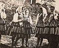 Dziewczeta w strojach opoczynskich przed zamkiem, Opoczno, 1988.jpg