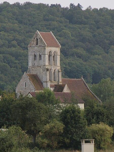 L'église Saint-Georges de Fossy, vue depuis la vallée de la Marne.