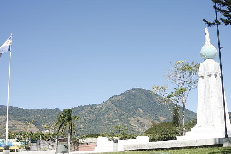 File:El Salvador del Mundo con vista al Volcan de San Salvador..jpg