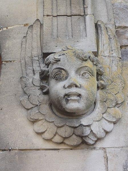 Englefontaine (Nord, Fr) église Saint-Georges, detail portail: sculpture ange