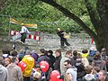 Entenrennen auf der Dreisam in Freiburg, am Ziel werden die Plastikenten wieder eingesammelt.jpg