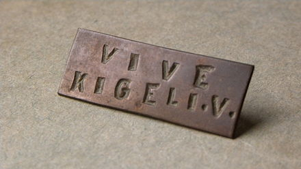 "A royalist pin badge with the slogan ""Vive Kigeli V"" (""Long live Kigeli V"") dating to the period of the Rwandan Revolution Epinglette Kigeli V 01.JPG"
