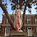 Escultura con pañuelo feminista y ojo rojo en la marcha 8M.jpg