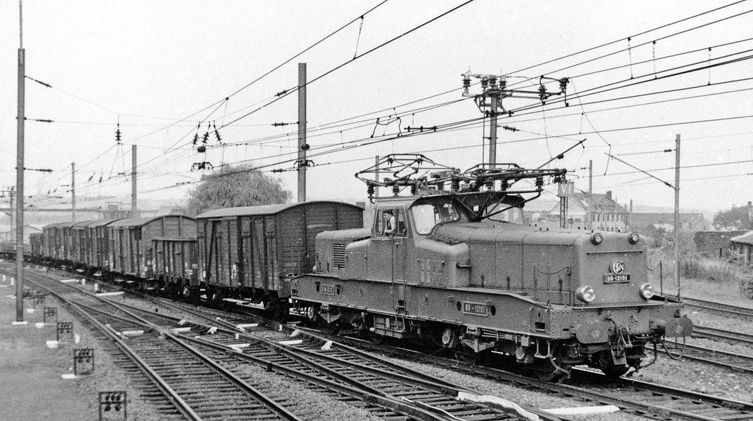 Hirson (Aisne), 1958: Bo-Bo electric on heavy freight on Lille - Aulnoye - Metz main line.