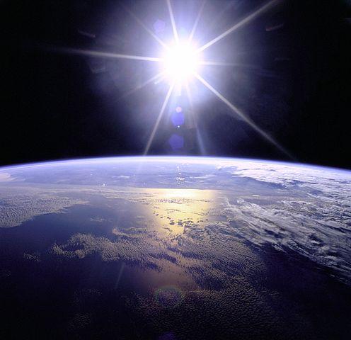 Priemerná rýchlosť Zeme pri obehu okolo Slnka je 107172 km/h