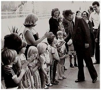 Ney Braga inaugurando creche em 1980. d85f7b68421