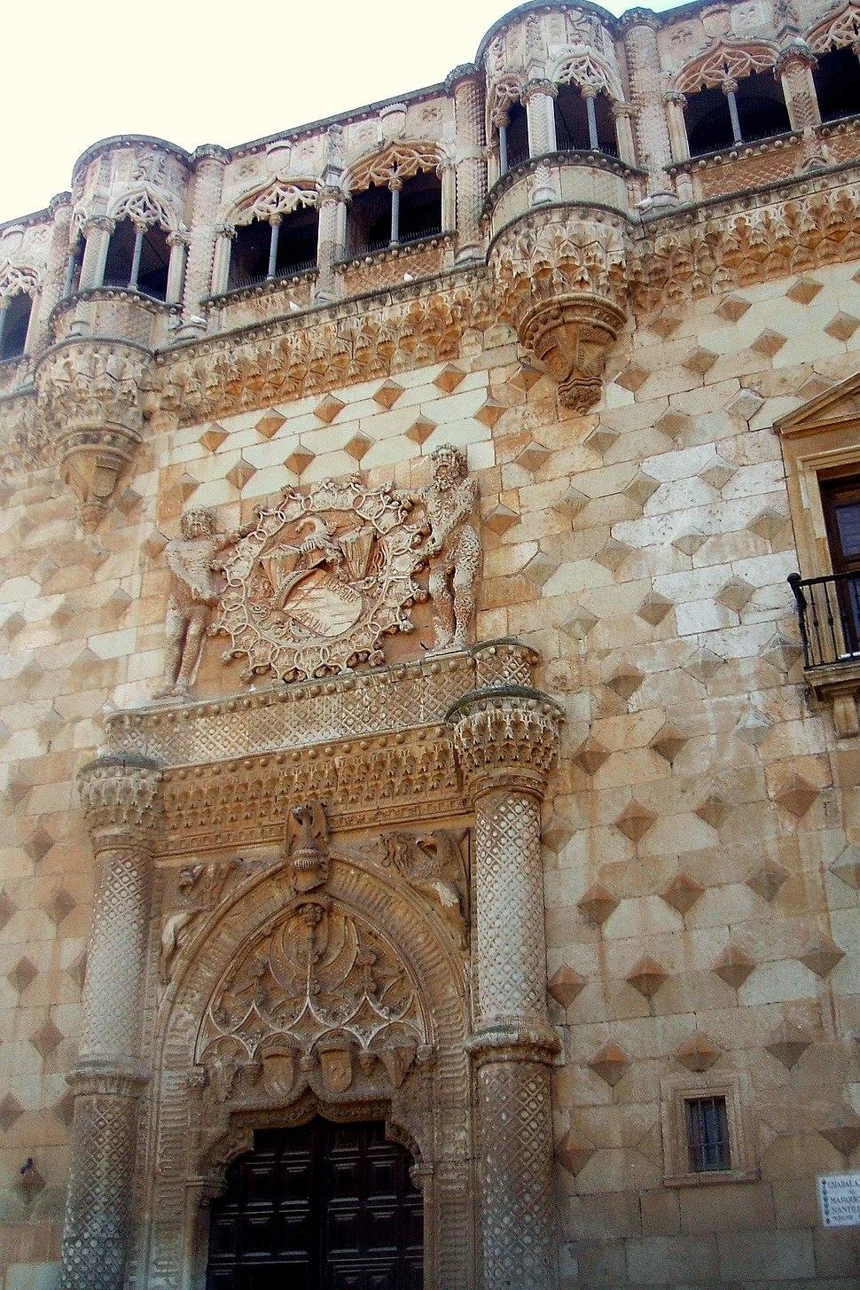 Detalle de la fachada del palacio del Infantado.
