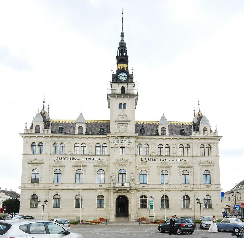 https://upload.wikimedia.org/wikipedia/commons/thumb/3/33/GuentherZ_2011-06-25_0066_Laa_an_der_Thaya_neues_Rathaus.jpg/800px-GuentherZ_2011-06-25_0066_Laa_an_der_Thaya_neues_Rathaus.jpg