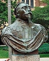 Eine Kupferbüste von König Gustav Adolphs Schultern und Kopf.  Er trägt sein Militärgewand und eine Krone aus Lorbeeren.  Seine Augen sind auf einen Punkt am Himmel gerichtet und sein Kinn neigt sich selbstbewusst nach oben.  Er trägt einen vollen Schnurrbart und einen dreieckigen Spitzbart.  Die Büste stammt vom Gustavus Adolphus College in Minnesota.
