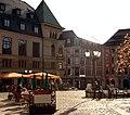 Häuser und der Stadtbrunnen auf dem Marktplatz von Bautzen.JPG