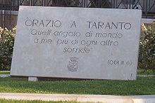 Placca a Taranto con su incisa un'ode di Orazio dedicata alla città