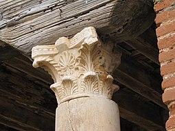 Iglesia de San Román de Hornija - Capitel en edificio anexo 2.jpg