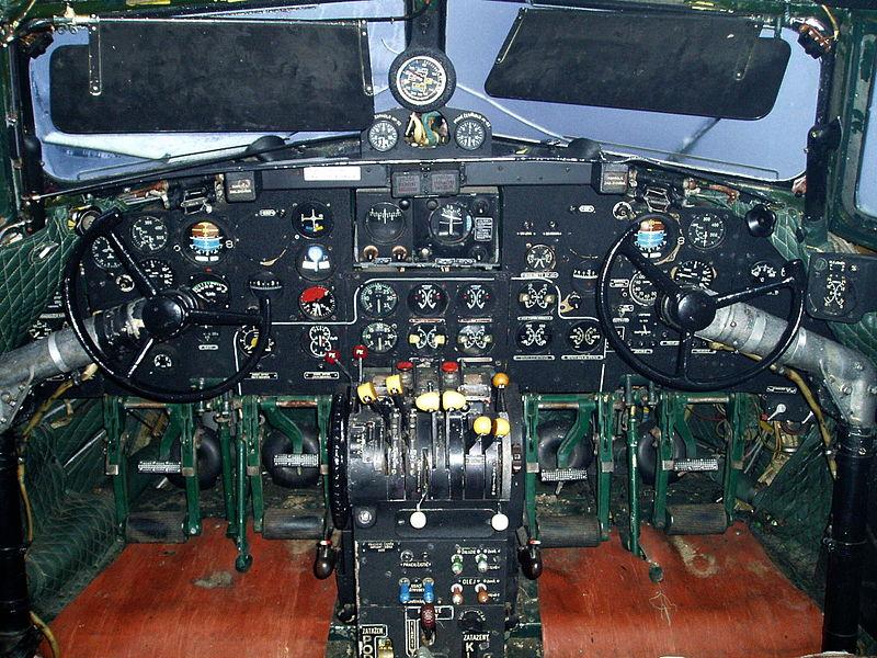 Iljušin IL-14 800px-Il-14_cockpit