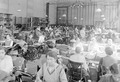 Improvisierte Uniformschneiderei in Turnhalle einer Basler Schule - CH-BAR - 3241189.tif