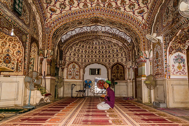 File:Interior of Main Chamber of Sunehri Masjid.jpg