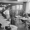 Interzonaal schaaktoernooi, Larsen (staand), Smuslov (zittend), Bestanddeelnr 916-5619.jpg