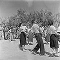 Inwoners van een kibboets dansen en zingen tijdens de herdenking van de onafhank, Bestanddeelnr 255-0748.jpg