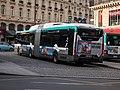 Iveco Urbanway 18 Hybride 5557 RATP, ligne 27, Paris 001.jpg