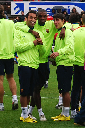 Éric Abidal - Abidal (center) with Jeffrén Suárez (left) and Bojan Krkić during a training session with Barcelona.
