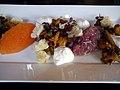 Kantareller, löjrom, creme fraiche og rødløg (6064970228).jpg